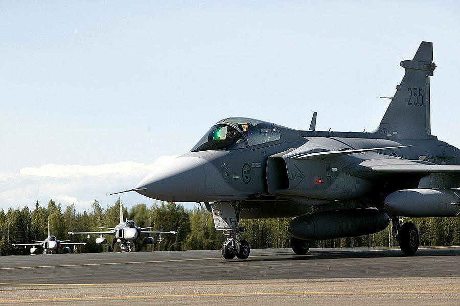 """Fornecedora de combustível indiana não aceita efetuar """"hot refuel"""" em caça Gripen durante avaliações do MMRCA"""
